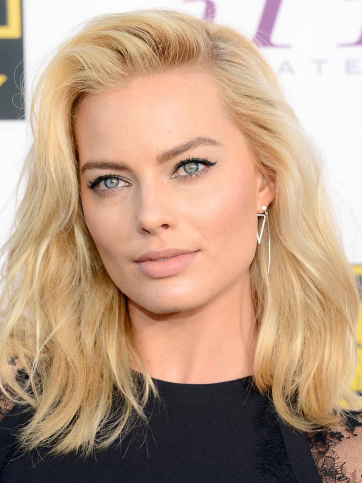 Margot Robbie S Medium Wavy Hairstyle At The 2014 Critics