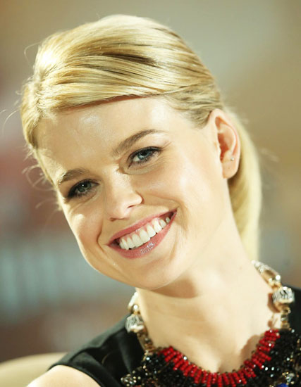Alice Eve's Stylish Ponytail with Side Bangs