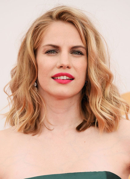 Anna Chlumsky's Medium Wavy Hairstyle at the 2013 Primetime Emmy Awards