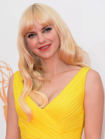 Anna Faris' Retro Long Wavy Hairstyl With Bangs at the 2013 Primetime Emmy Awards