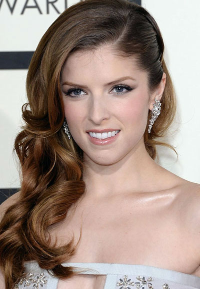Anna Kendrick's Pretty Curly Side Swept Hairstyle at the 2014 Grammy Awards