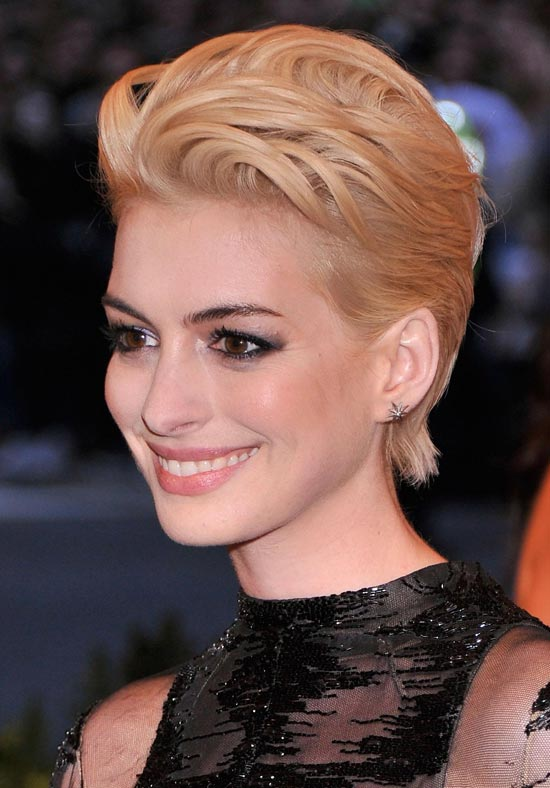 Anne Hathaway Was A Punk Goddess With Her Blonde Pixie Hairstyle At The Met Ball