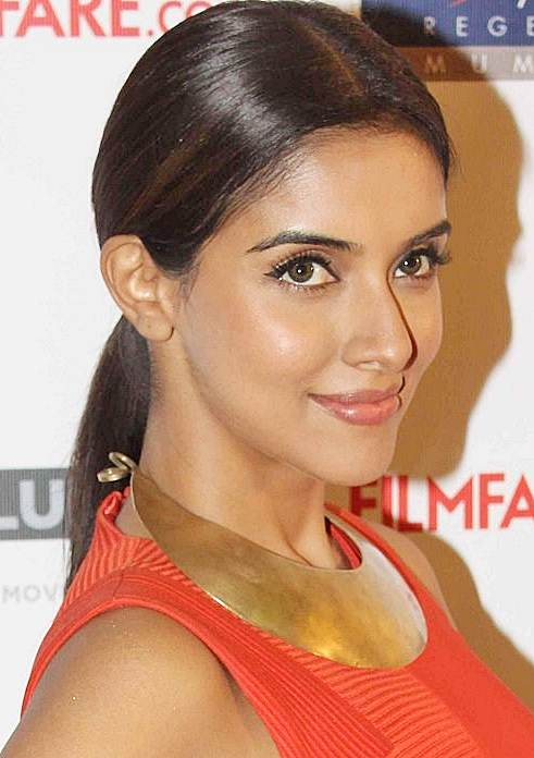 Asin's Simple Sleek Middle Part Ponytail Hairstyle