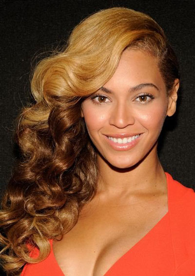 Beyoncé's Sexy Side-Swept Ombre Hairstyle with Deep Side Part