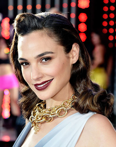 Prime Gal Gadot39S Shoulder Length Pin Curls Hairstyle Awards Formal Hairstyles For Women Draintrainus