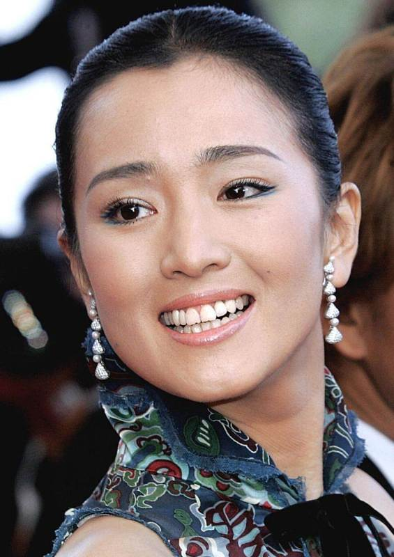 Gong Li's Simple And Sleek Pulled Back Bun Hairstyle