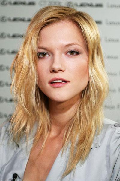 Kasia Struss' Sexy Bedhead Wavy Hairstyle