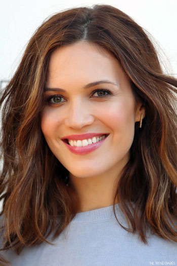 Mandy Moore's Chic Medium Wavy Hairstyle