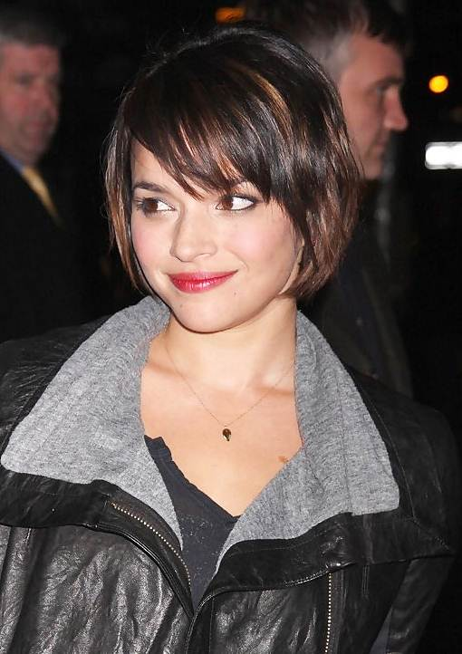 Norah Jones' Cute Layered Bob With Eye-Grazing Bangs