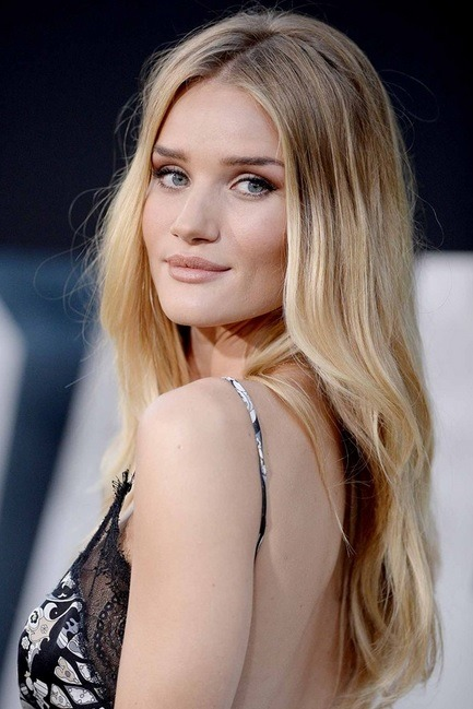 Rosie Huntington-Whiteley's Middle Parted Wavy Style