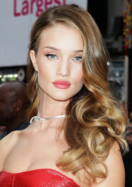 Rosie Huntington Whiteley S Side Swept Curly Hairstyle