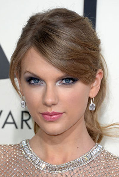 Taylor Swift's Chic Messy Ponytail Hairstyle at the 2014 Grammy Awards