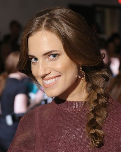 Allison Williams's Long Brunette Hair In Cute Side Braid Hairdo