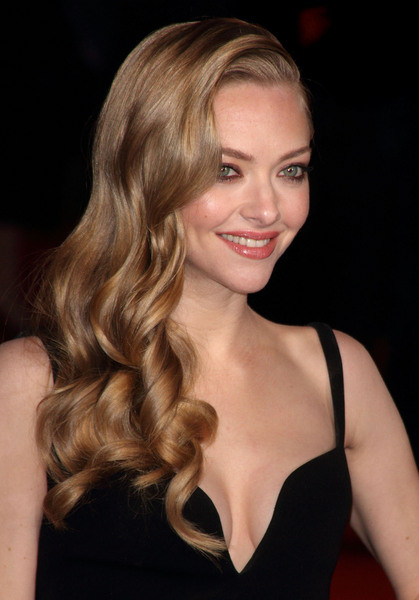 Amanda Seyfried Long Wavy Hairstyle Prom Party Formal