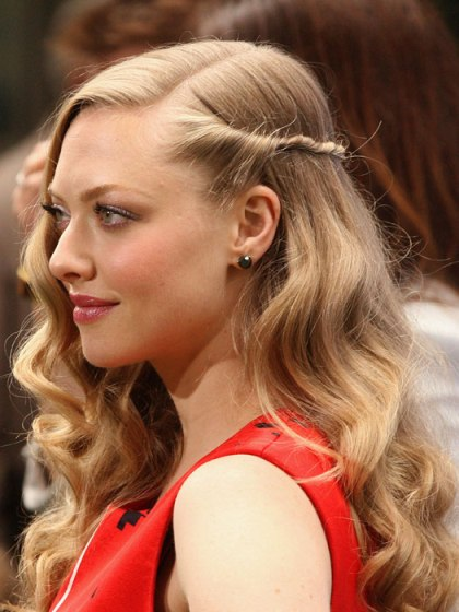 Amanda Seyfried Long Blonde Wavy Hairdo With Twist Accent