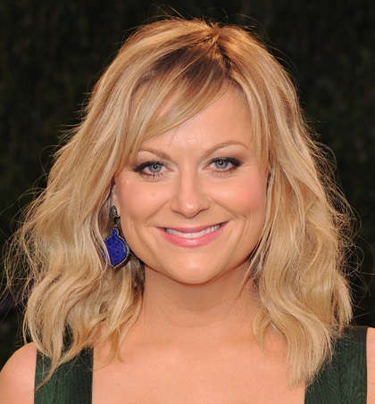 Amy Poehler Flirty Blonde Wavy Hairstyle With Sideswept Bangs