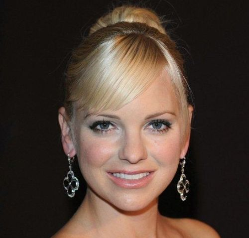 Anna Faris's Blonde Hair In Ballerina Bun With Bangs