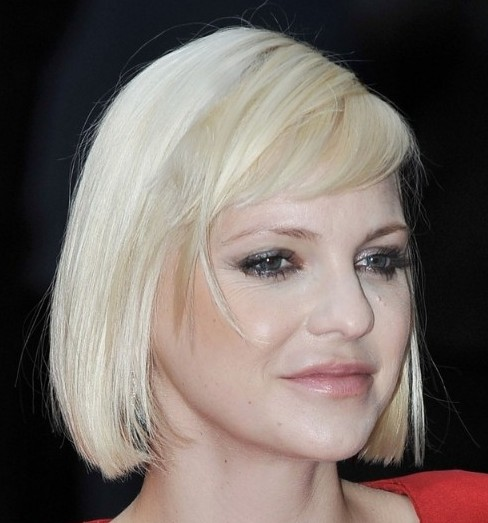 Anna Faris's Blonde Hair In Vintage Straight Page Boy Hairstyle