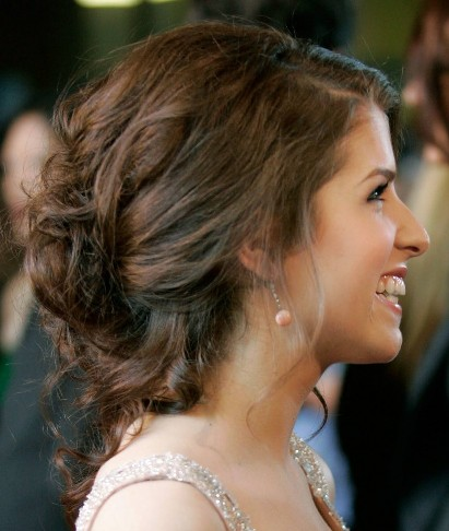 Anna Kendrick's Brown Hair In Loose Romantic Updo For Prom