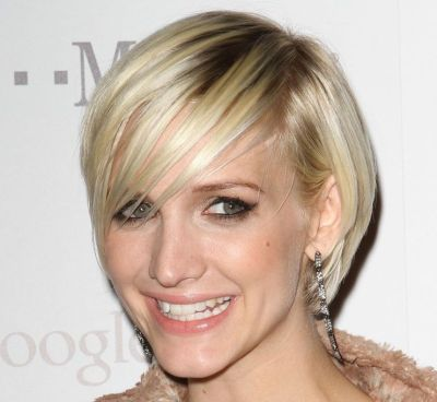 Ashlee Simpson's Short Straight Blonde Hair In Chic Hairstyle