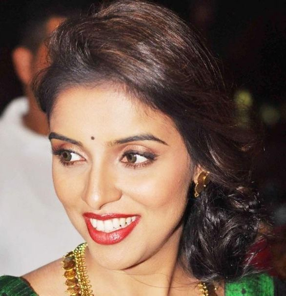 Asin's Dark Brown Hair In Formal Side Chignon Hairdo