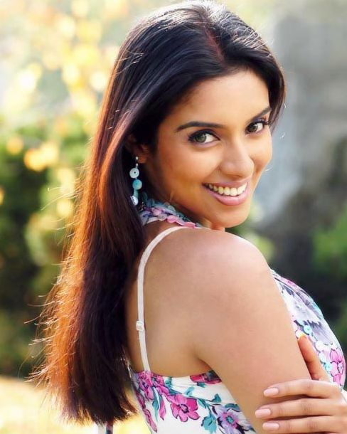 Asin's Dark Brown Long Sleek Straight Hair With Middle Part