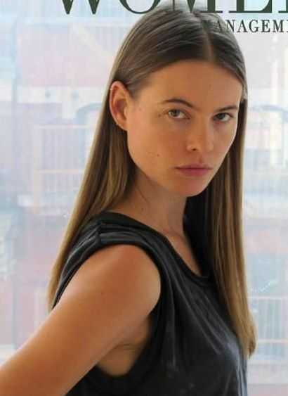 Behati Prinsloo's Long Blonde Sleek Straight Hairstyle With Middle Part