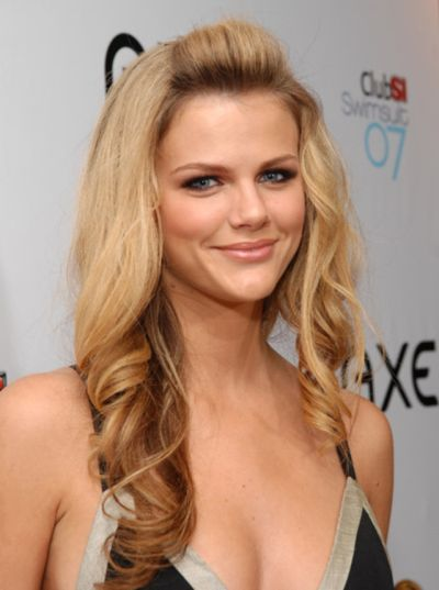 Brooklyn Decker's Long Blonde Hair In Curly Pretty Hairdo