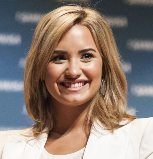 Demi Lovato's Medium-Length Blonde Straight Hair In Casual Hairstyle