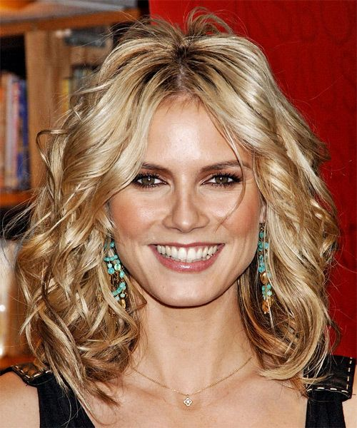 Heidi Klum's Medium-Length Blonde Hair In Wavy Hairstyle