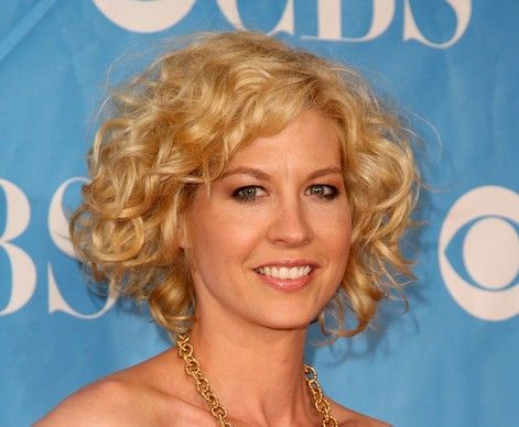 Jenna Elfman's Blonde Hair In Short Sassy Curly Hairstyle
