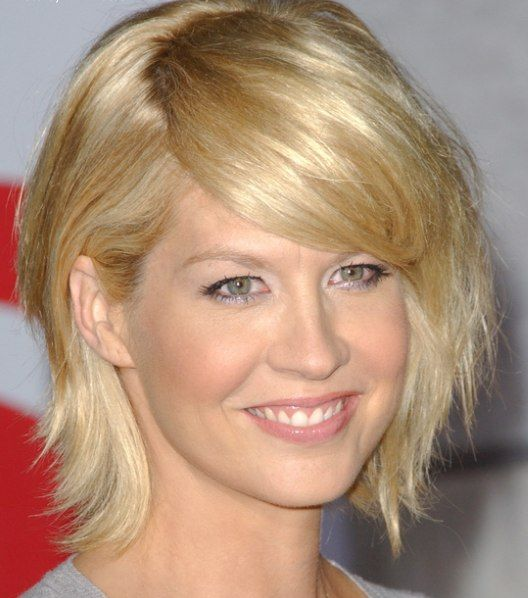 Jenna Elfman's Blonde Hair In Short Straight Choppy Hairstyle