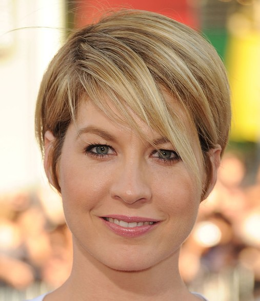 Jenna Elfman's Short Blonde Straight Hair Is Simple And Cute.
