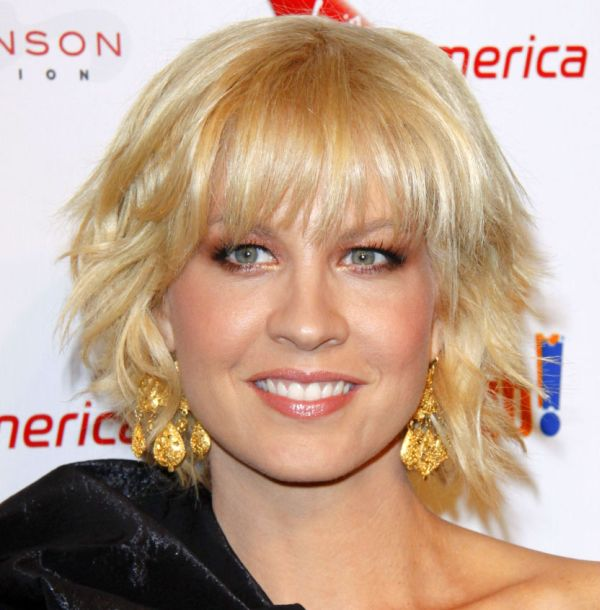 Jenna Elfman's Short Layered Blonde Hair With Choppy Bangs