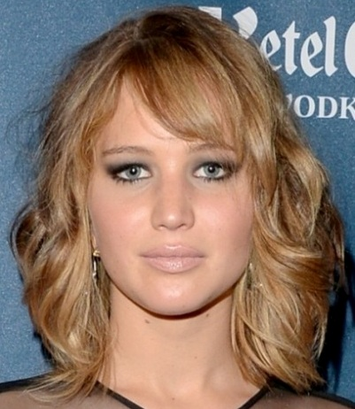Jennifer Lawrence Medium Length Blonde Wavy Hairstyle With Sideswept Bangs