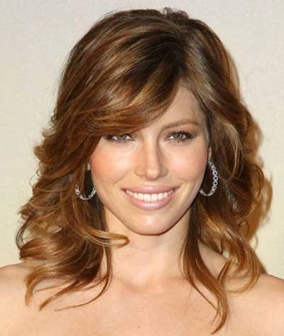 Jessica Biel's Medium-Length Brunette Hair In Curly Highlighted Hairstyle