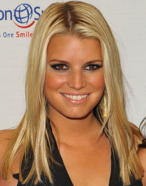 Jessica Simpson's Blonde Hair In Casual Straight Hairstyle For Teens
