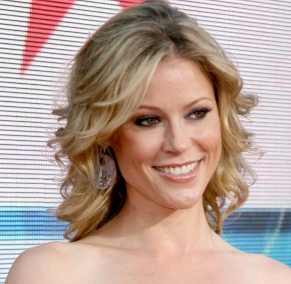 Julie Bowen's Blonde Hair In Medium-Length Curly Formal Hairstyle