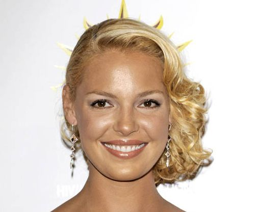 Katherine Heigl's Short Curly Blonde Hair In Sideswept Formal Hairdo