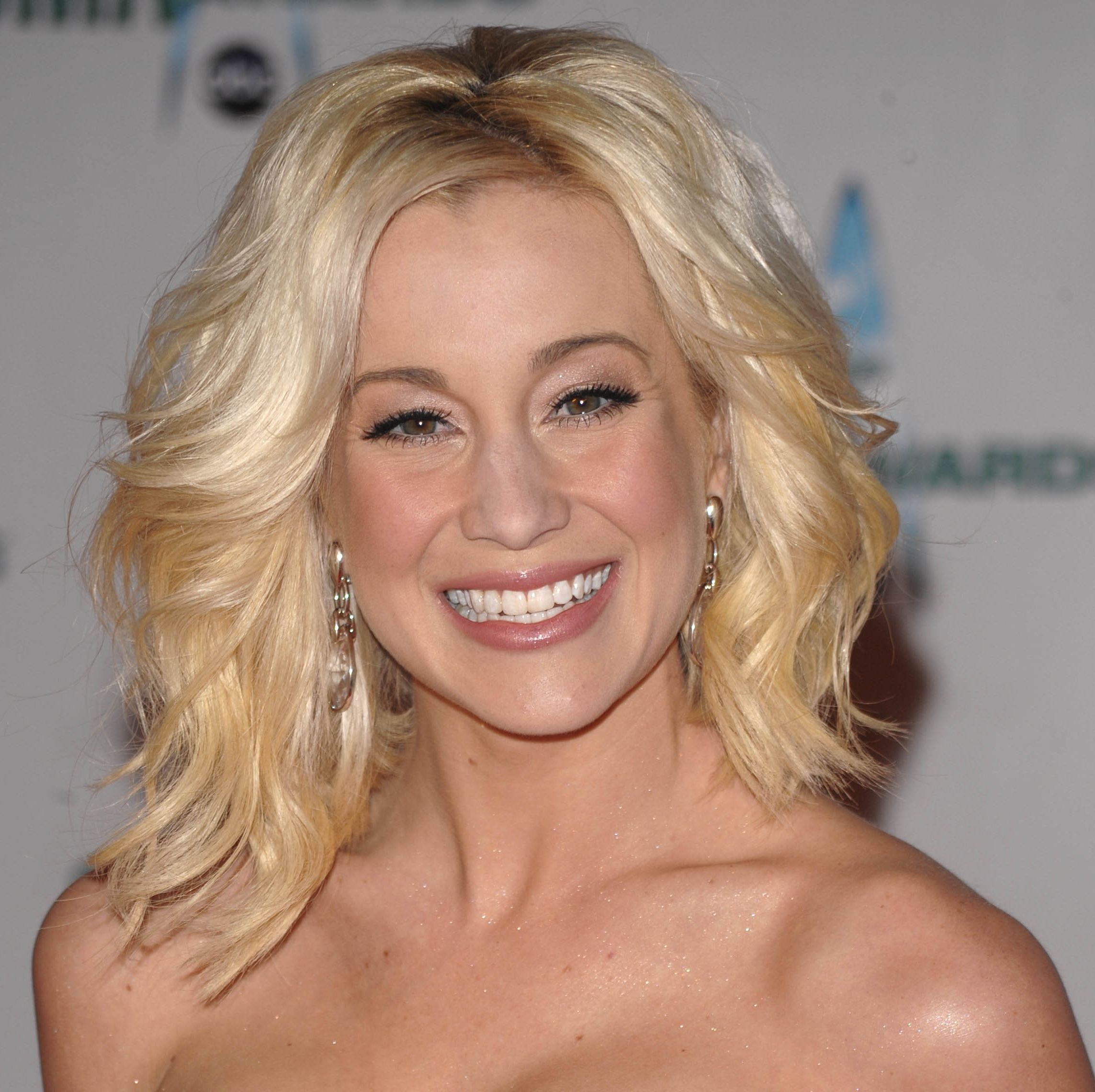 Kellie Pickler's Blonde Hair In Medium Wavy Formal Hairstyle