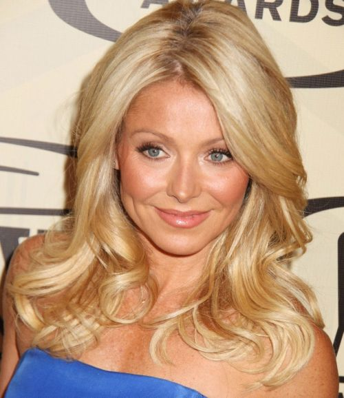 Kelly Ripa's Blonde Hair In Long Wavy Layered Hairstyle