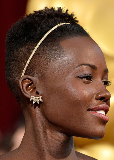 Lupita Nyong'o's Short Fierce Hairstyle with Headband at the 2014 Oscars