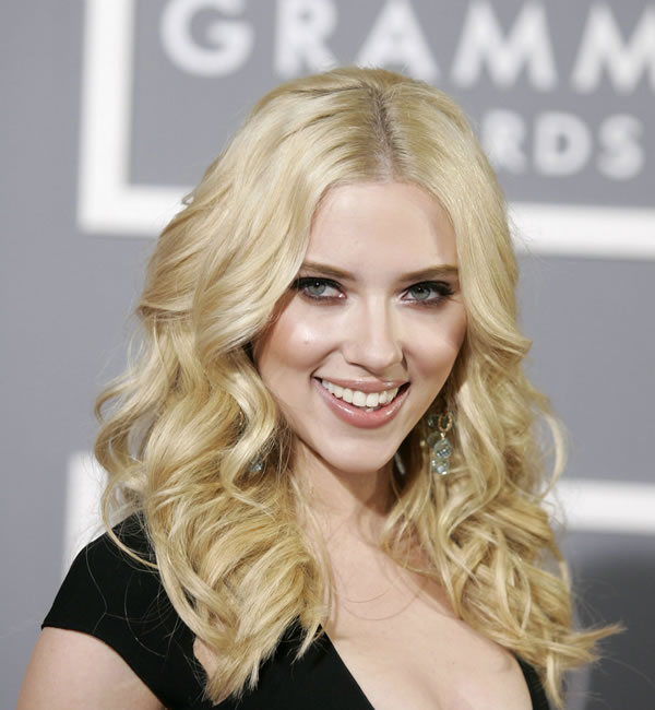 Scarlett Johansson Looking Like A Blonde Bombshell In Big Curls Hairstyle