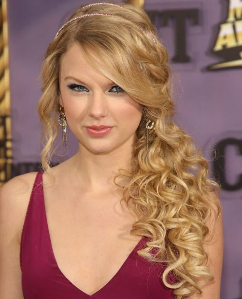 Taylor Swift's Long Curly Hair In Side Ponytail For Prom