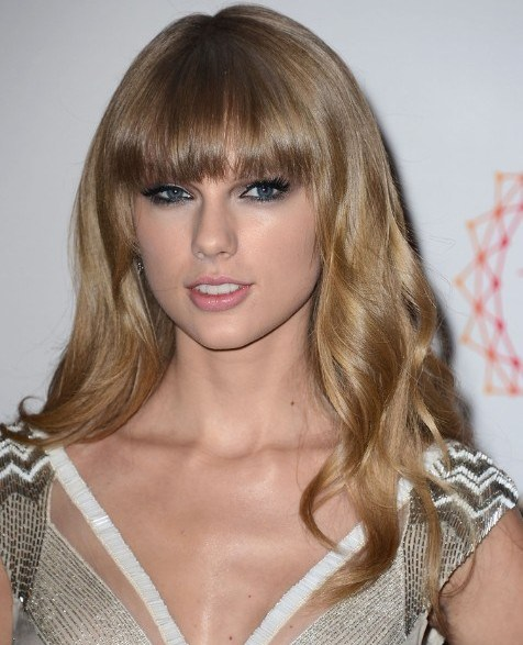 Taylor Swift Long Golden Blonde Hair In Sweet Wavy Hairstyle
